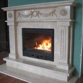 Камин из мрамора выполнен в классическом стиле