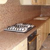 Каменная столешница для светлой кухни