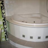 Мраморные стены и пол в ванной комнате