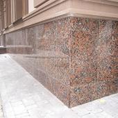 Облицовка фасада капустинским гранитом Rosso Santiago